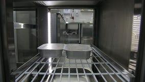 Les mains en chef ont mis le récipient avec la nourriture dans le réfrigérateur Mode de vie sain, nourriture de régime banque de vidéos