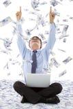 Les mains enthousiastes d'augmenter d'homme d'affaires avec l'argent pleuvoir Photographie stock libre de droits