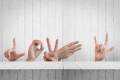Les mains essayant d'envoyer des symboles aiment l'alphabet l'amour de mot Photographie stock