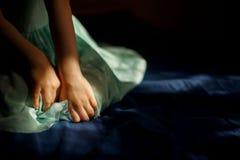 Les mains et la robe de la fille images libres de droits
