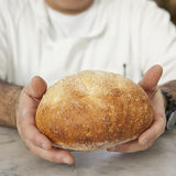 Les mains et le pain de Baker photo libre de droits