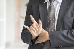 Les mains et les doigts d'homme d'affaires faisant un geste Images libres de droits