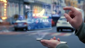 Les mains femelles agissent l'un sur l'autre hologramme de HUD avec le texte Big Data clips vidéos