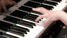 Les mains femelles appuient sur des touches de piano Jouer de piano Plan rapproch? th?me musical Programme de concert banque de vidéos