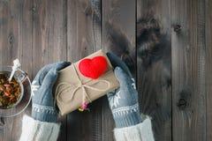 Les mains femelles dans le gant donnent l'amour actuel Photo libre de droits
