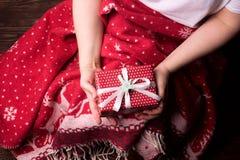 Les mains femelles jugeant le contexte de fête actuel pendant année de Noël d'anniversaire de vacances la nouvelle confortable dé photographie stock