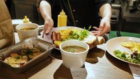 Les mains femelles ont mis des plats pour servir, petits déjeuners et déjeuners dans un restaurant de café clips vidéos