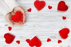 Les mains femelles tiennent le coeur rouge Vue supérieure, l'espace de copie Images stock