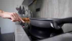 Les mains femelles tiennent un couteau et coupent des légumes La cuisson de la nourriture est à la maison une part importante d'u banque de vidéos