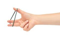 Les mains femelles tiennent une bande élastique D'isolement sur le fond blanc photos libres de droits