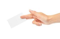 Les mains femelles tiennent une carte de visite professionnelle de visite D'isolement sur le fond blanc Photos stock