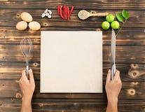 Les mains font de la nourriture, copient l'espace images libres de droits