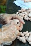 Les mains font des poupées de BJD ou rené femelles dans le lieu de travail proce photos libres de droits