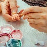 Les mains font des poupées de BJD ou rené femelles dans le lieu de travail proce photographie stock libre de droits