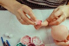 Les mains font des poupées de BJD ou rené femelles dans le lieu de travail proce photo stock