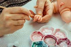 Les mains font des poupées de BJD ou rené femelles dans le lieu de travail proce image libre de droits