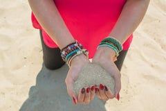 Les mains formant le coeur forment complètement du sable blanc Image libre de droits