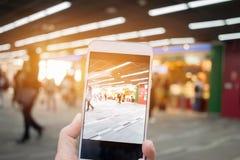 Les mains gauches d'affaires utilisant le smartphone se reliant, prennent le mode de photo Photo stock