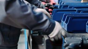 Les mains humaines insèrent les pièces filetées en métal dans l'unité pendant l'assemblée manuelle clips vidéos