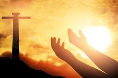 Les mains humaines ouvrent le culte haut de paume La thérapie d'eucharistie bénissent Dieu il Photographie stock libre de droits