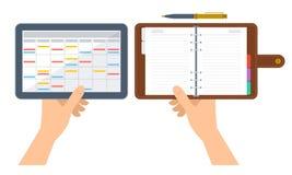 Les mains humaines tiennent l'organisateur et le plann électroniques et de papier Images stock