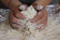 Les mains malaxent le pain Photo libre de droits