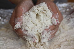 Les mains malaxent le pain Photos libres de droits