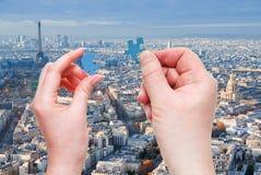 Les mains masculines et femelles avec peu de puzzle rapièce Photos libres de droits