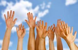 Les mains ont augmenté vers le haut en air Photographie stock libre de droits