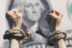 Les mains ont cassé des chaînes dans la perspective du dollar Images libres de droits