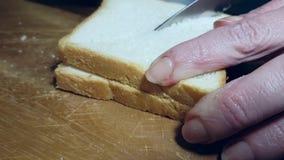 Les mains ont coupé le pain blanc clips vidéos