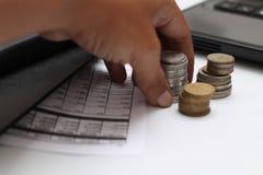 Les mains ont saisi des pièces de monnaie sur la table, la version 3 images libres de droits