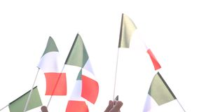Les mains ont soulevé les drapeaux italiens dehors clips vidéos