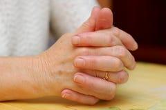 Les mains pliées de la grand-maman Images stock