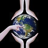 Les mains protègent des éléments de la terre de cette image meublés par la NASA Image stock