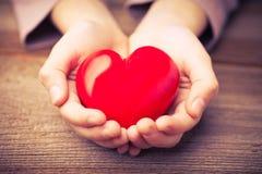 Les mains protègent un coeur images libres de droits