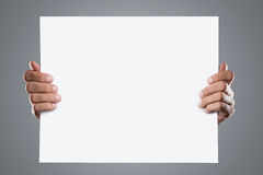 Les mains retenant le blanc ajoutent Image libre de droits