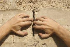 Les mains séparent un mur photographie stock libre de droits