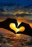 Les mains silhouettent et coucher du soleil Photos libres de droits