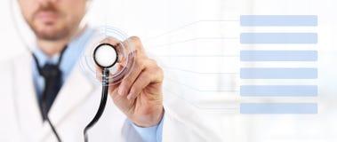 Les mains soignent avec des soins médicaux d'écran tactile de stéthoscope Photos libres de droits