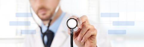 Les mains soignent avec un concept médical d'écran tactile de stéthoscope Photo libre de droits