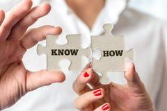 Les mains tenant des morceaux de puzzle pour savent concept Image libre de droits