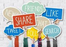 Les mains tenant la parole bouillonne des concepts sociaux de media Image stock