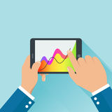 Les mains tenant le comprimé numérique et les affaires diagram le concept illustration stock