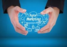 Les mains tenant le marketing de Digital textotent avec des graphiques de dessins Photographie stock