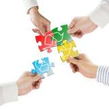 Les mains tiennent des puzzles avec réutilisent le symbole d'isolement dans le backgro blanc Photos libres de droits