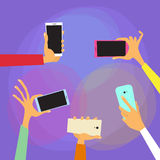 Les mains tiennent les téléphones intelligents colorés Photos stock