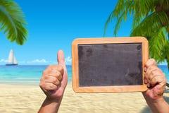 Les mains tiennent un tableau noir d'ardoise avec l'espace publicitaire Photographie stock