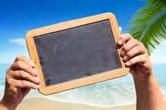 Les mains tient un tableau noir d'ardoise avec l'espace publicitaire Photos stock