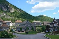 Les maisons chères s'approchent de la montagne Photos libres de droits